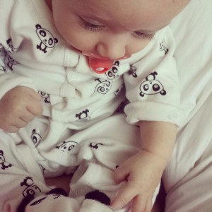 Lola ontdekt de pandabeertjes op haar voetjes